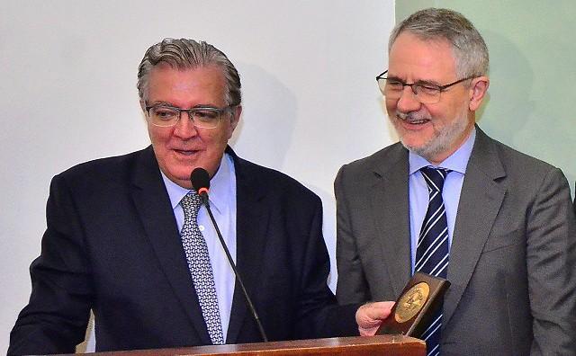 Presidente Antonio Alvarenga entrega Prêmio Destaque SNA ao diretor-geral da TV Globo, Carlos Henrique Schroder. Foto: Cristina Baran/Divulgação